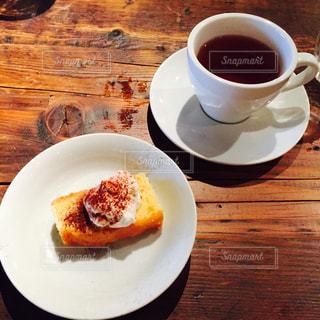 カフェでデザートとコーヒーの写真・画像素材[1102515]