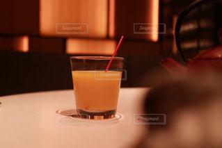 テーブルの上のコーヒー カップの写真・画像素材[1209568]