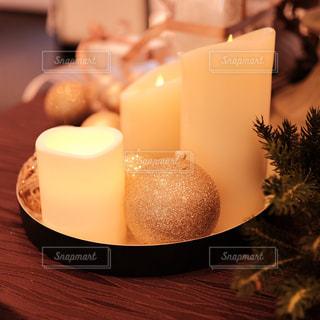テーブルの上のクリスマスオーナメントとキャンドルライトの写真・画像素材[1677150]