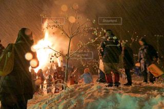 どんど焼きに来た人々の写真・画像素材[1113053]