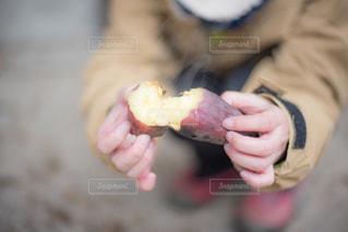 ほくほくの焼き芋の写真・画像素材[1113093]