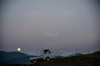 満月と車の写真・画像素材[1113114]