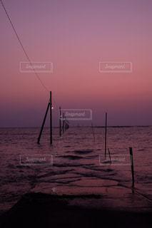 水の体に沈む夕日の写真・画像素材[1266003]