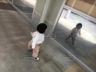 自分を写す鏡の写真・画像素材[1097151]