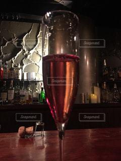 テーブルの上にワインのボトルの写真・画像素材[1453528]
