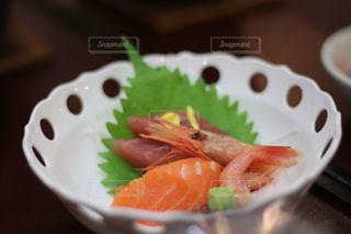 旅館の夕飯で出るお刺身の写真・画像素材[1100361]