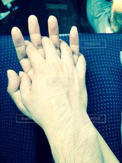 カップルが手を繋いでいるの写真・画像素材[1099730]
