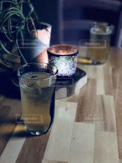 夜にオシャレにお酒の写真・画像素材[1099845]
