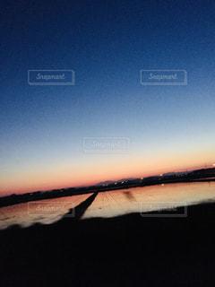 水の体に沈む夕日の写真・画像素材[1116121]