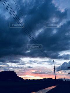 曇りの日に空の雲の写真・画像素材[1116124]