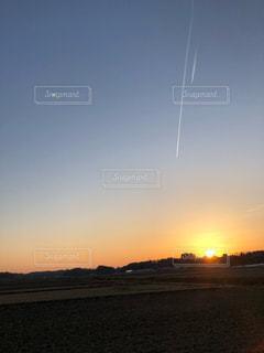 水域に沈む夕日の写真・画像素材[2810990]