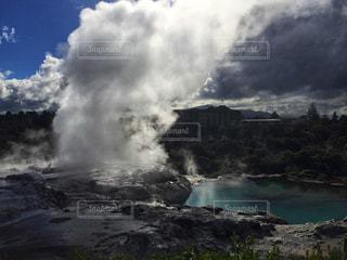 地熱の力で高く吹き出す間欠泉の写真・画像素材[1109009]