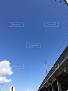 高架と、青空の写真・画像素材[1118615]