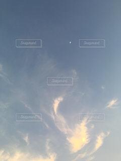 夕暮れ空に、白い月の写真・画像素材[1141414]