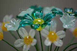テーブルの上のガラスの花の写真・画像素材[1127410]