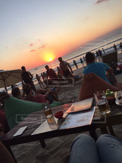 夕陽を見ながらのビールの写真・画像素材[1098173]