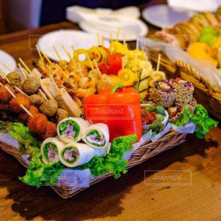 テーブルの上に食べ物の多くの異なる種類の写真・画像素材[1098472]