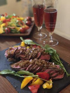 木製のテーブルの上に食べ物のプレートの写真・画像素材[1098474]