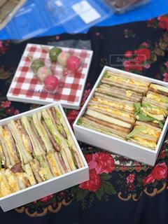 お花見でサンドイッチの写真・画像素材[1098482]