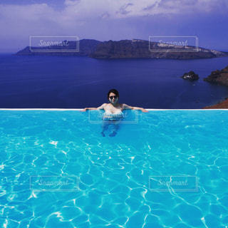 水のプールを泳ぐ人たちのグループの写真・画像素材[1099466]