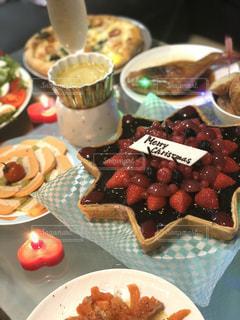 テーブルの上に食べ物のプレートの写真・画像素材[1099474]