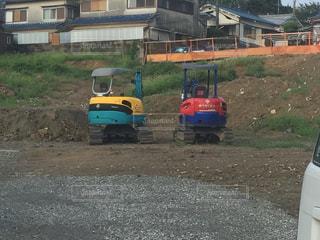 電車は、未舗装の道路の脇に駐車します。の写真・画像素材[1098682]