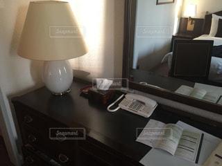 テーブルの上のランプと机の写真・画像素材[1099996]