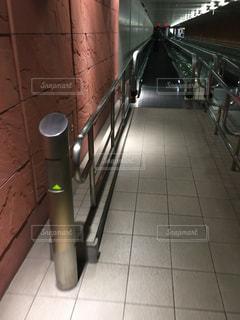 タイル張りの床に座っている鉄道の写真・画像素材[1100125]