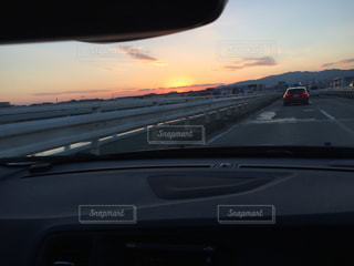 近い背景の夕日と車のの写真・画像素材[1100128]