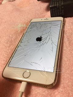 ガラスの割れたアイフォンの写真・画像素材[1100341]