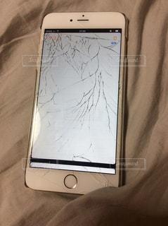 割れたスマートフォンの写真・画像素材[1102373]