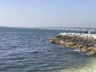 海の横にある水の体の写真・画像素材[1150793]