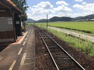 電車が道路の脇に駐車します。の写真・画像素材[1457834]