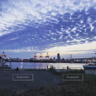 夕暮れ時の港の写真・画像素材[1482156]