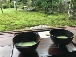 木製のテーブルの上に置くスープのボウルの写真・画像素材[2290172]