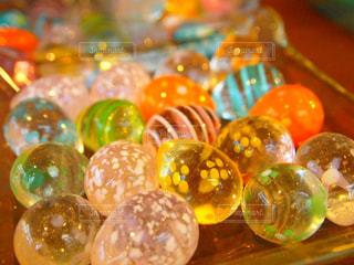 カラフルなガラス玉の写真・画像素材[1099040]