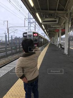 電車に敬礼をする子どもの写真・画像素材[1098596]