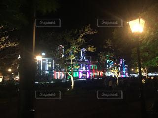 夜のライトアップされた街の写真・画像素材[1116413]