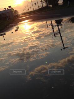 水たまりに映る世界の写真・画像素材[1115698]