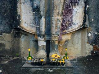 建物の側に座っている黄色い消火栓の写真・画像素材[1115444]