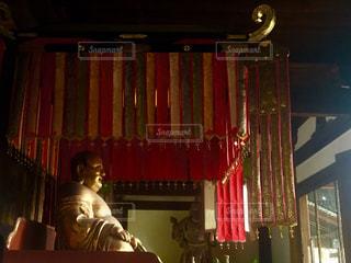 カーテンの前に立っている人の写真・画像素材[1161732]