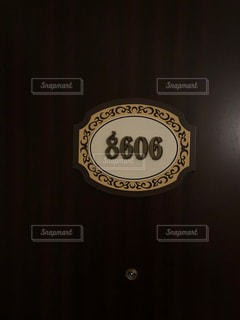 暗い部屋でサインの写真・画像素材[1099134]