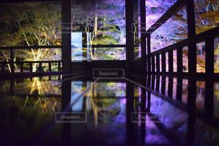 大きな窓の景色の写真・画像素材[1130443]