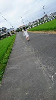 田んぼと女性の写真・画像素材[1100216]