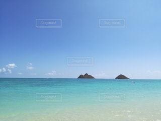 ハワイのきれいなビーチと海に浮かぶ岩の写真・画像素材[1099881]