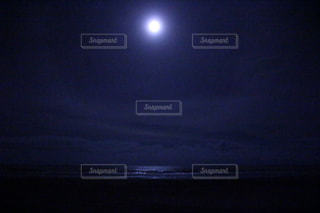 夜に見上げる空の景色の写真・画像素材[1258251]