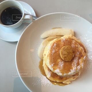 食品とコーヒーのカップのプレートの写真・画像素材[1100436]
