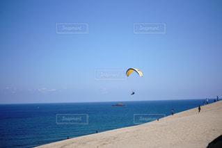 浜辺で凧の飛行の人々 のグループの写真・画像素材[1101249]