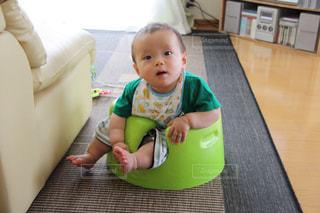椅子に座っている赤ちゃんの写真・画像素材[1199956]