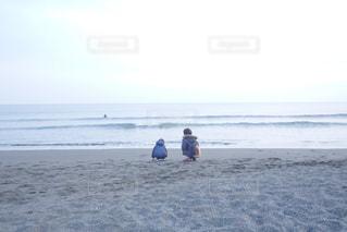 ビーチにたたずむ兄弟の写真・画像素材[1205303]